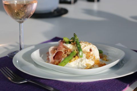 burrata med russin proscuitto och sparris