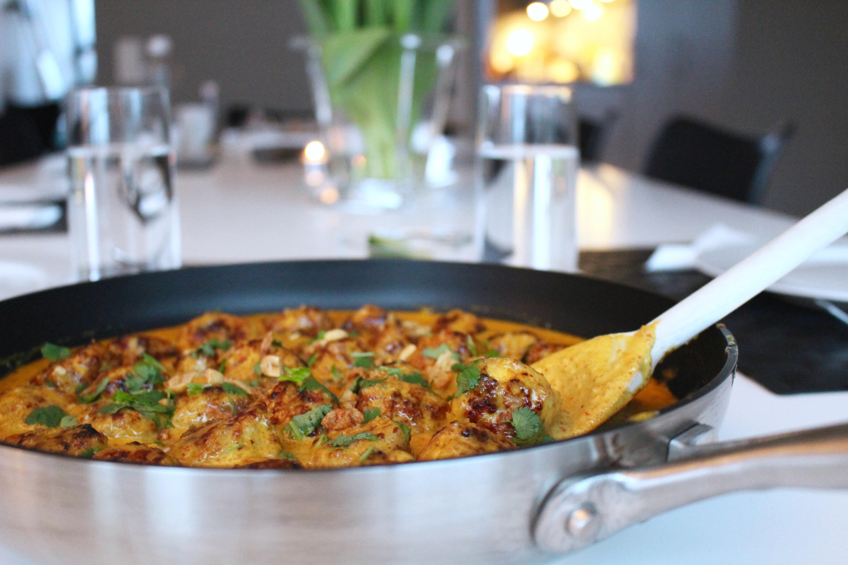 Kycklingköttbullar i currysås med jordnötter