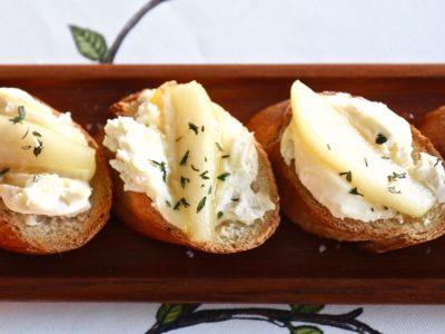 Rostade snittar med fransk ost och karamelliserat päron