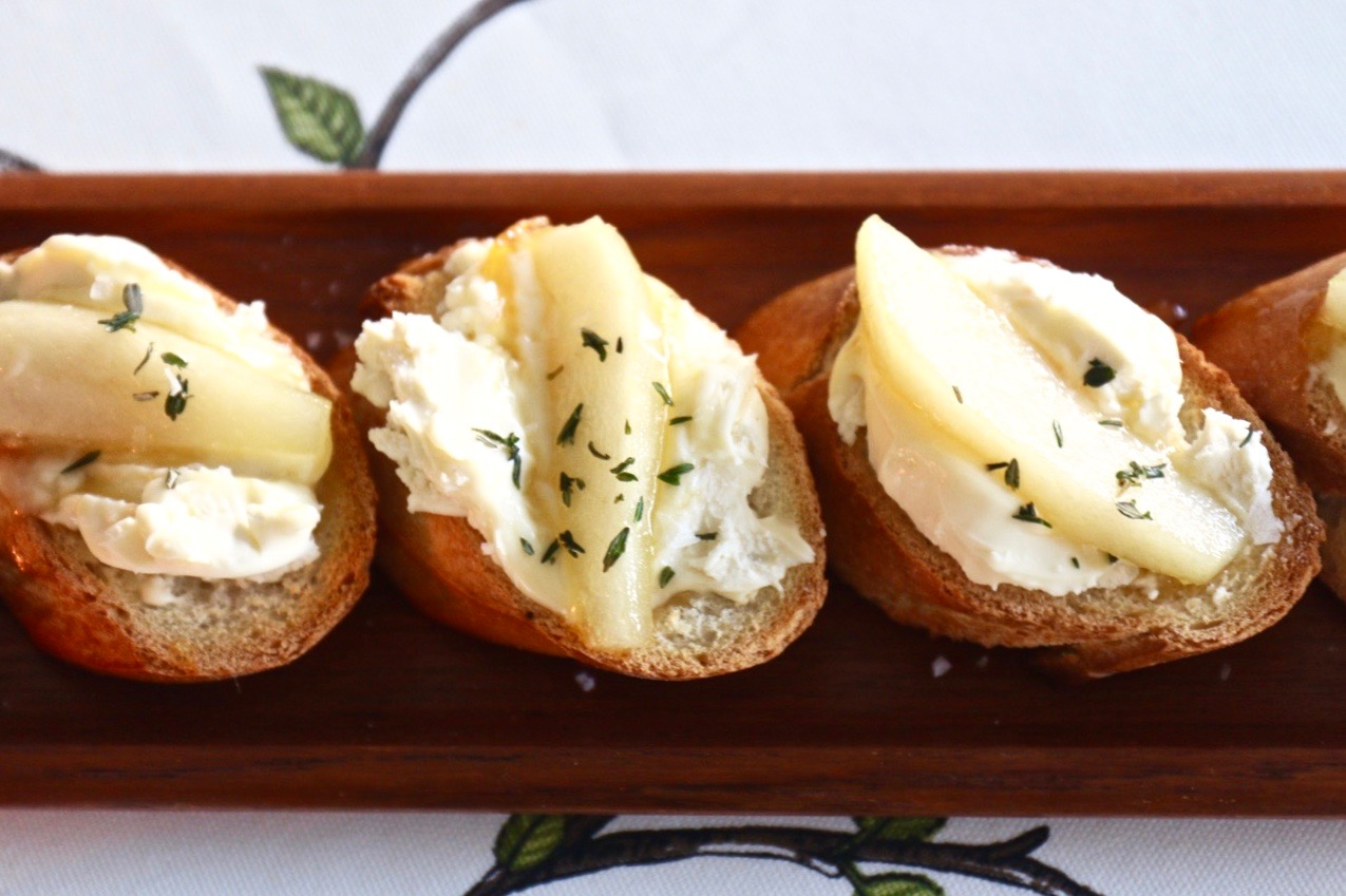 Rostade snittar med fransk ost och päron