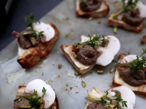 Champinjonkräm och nötter på bakad rotselleri