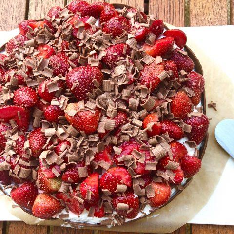 Sommartårta med jordgubbar, lime och choklad