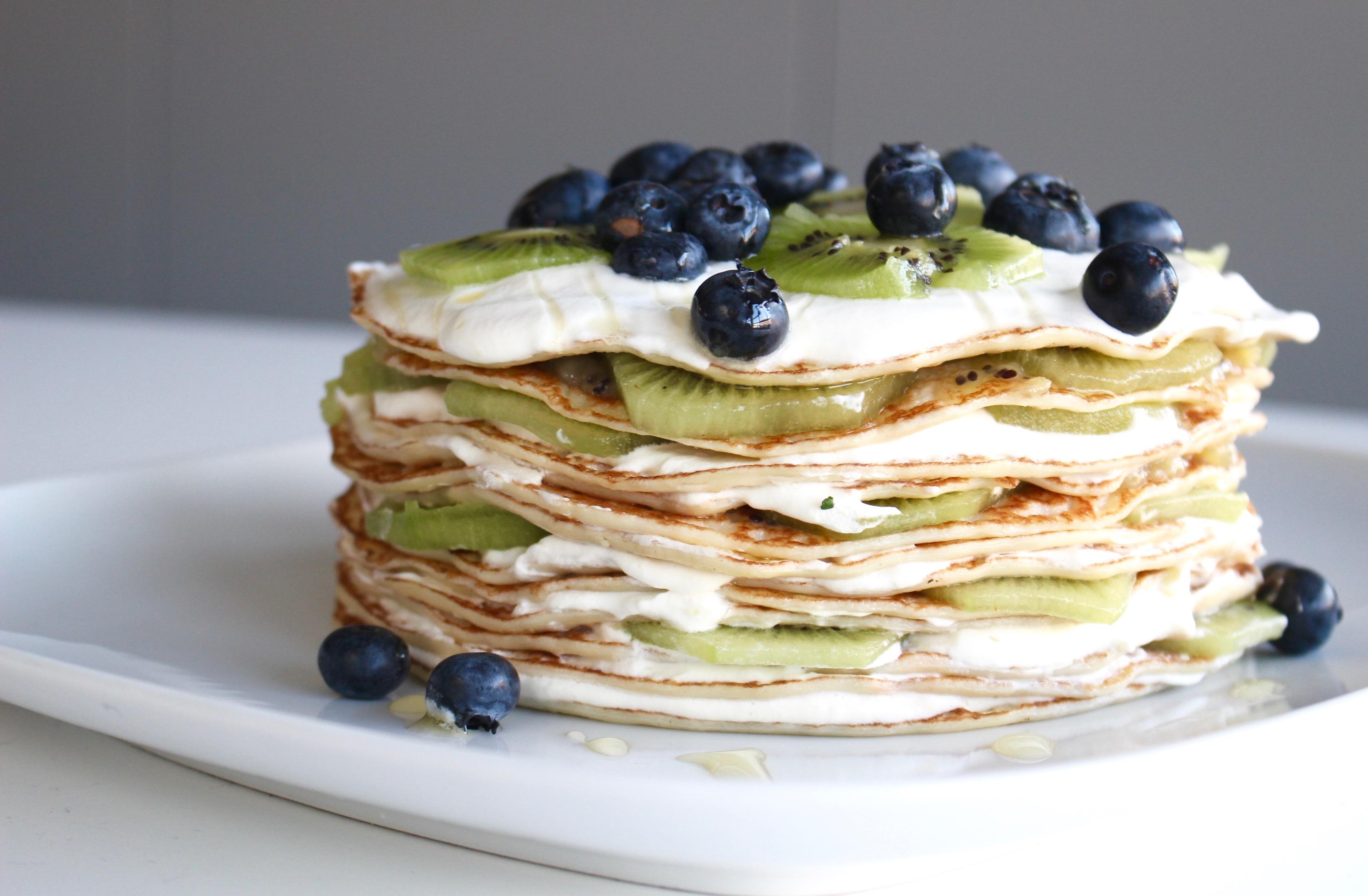 Pannkakstårta med kiwi och blåbär