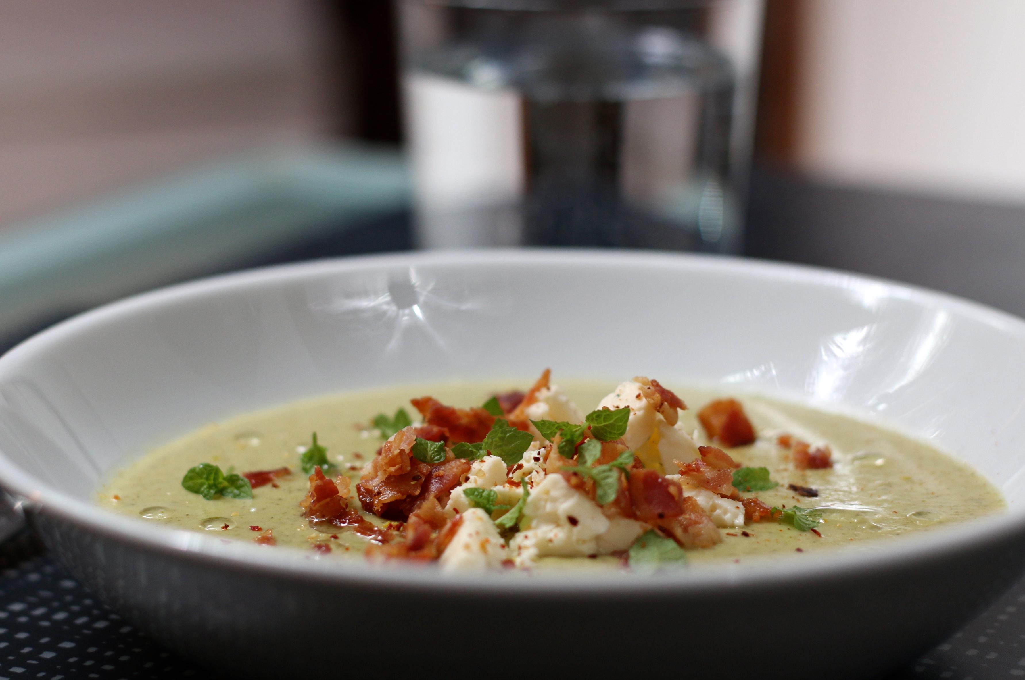 Grön soppa med ädelost- och bacontopping