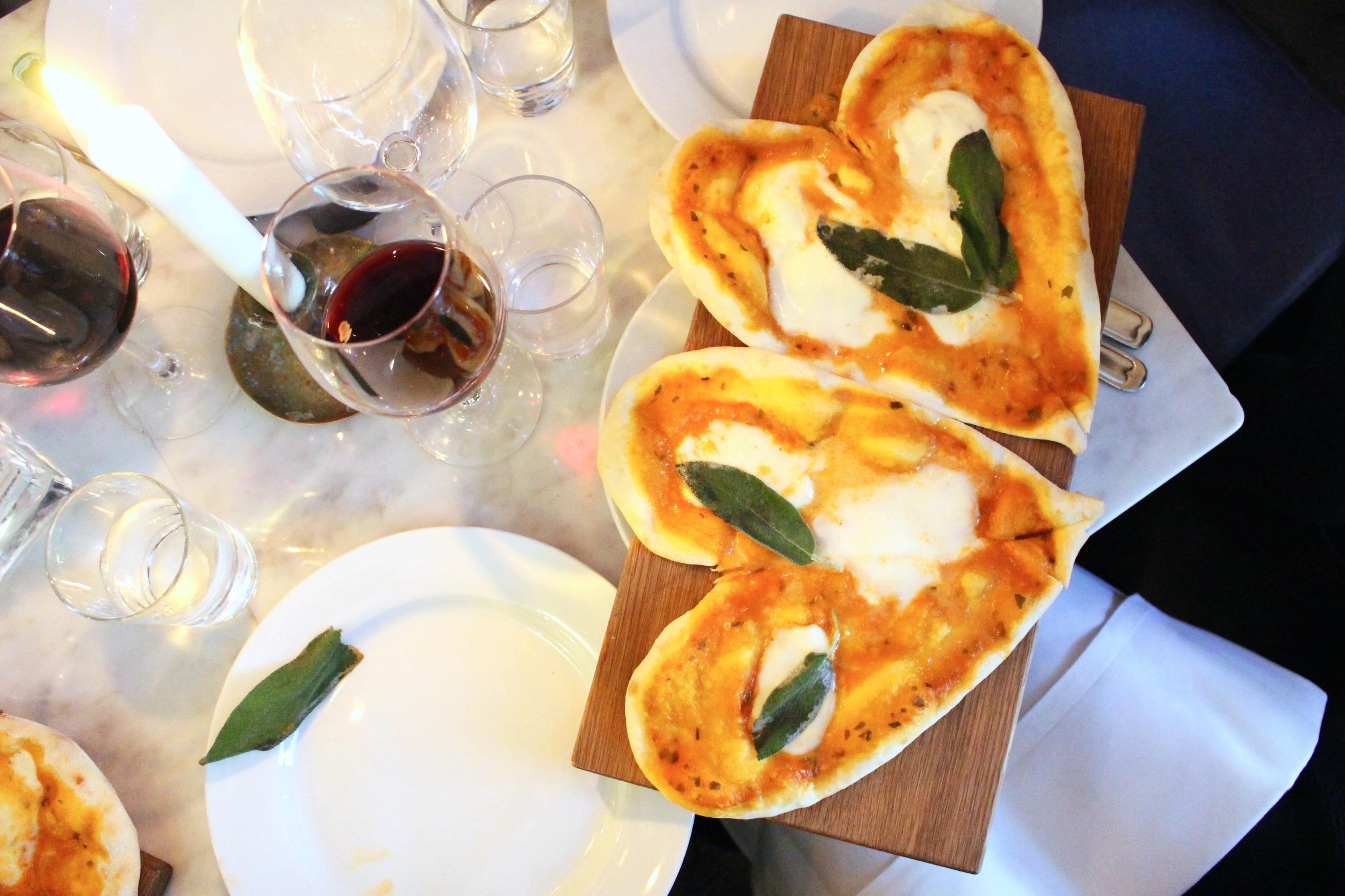 Hjärtformad pizza med buffelmozzarella