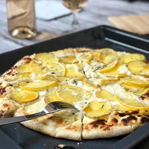 Pizza Bianca med potatis, parmesan, sommartryffel, citron och rosmarin