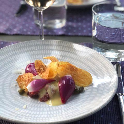 Råbiff med picklad lök och parmesan